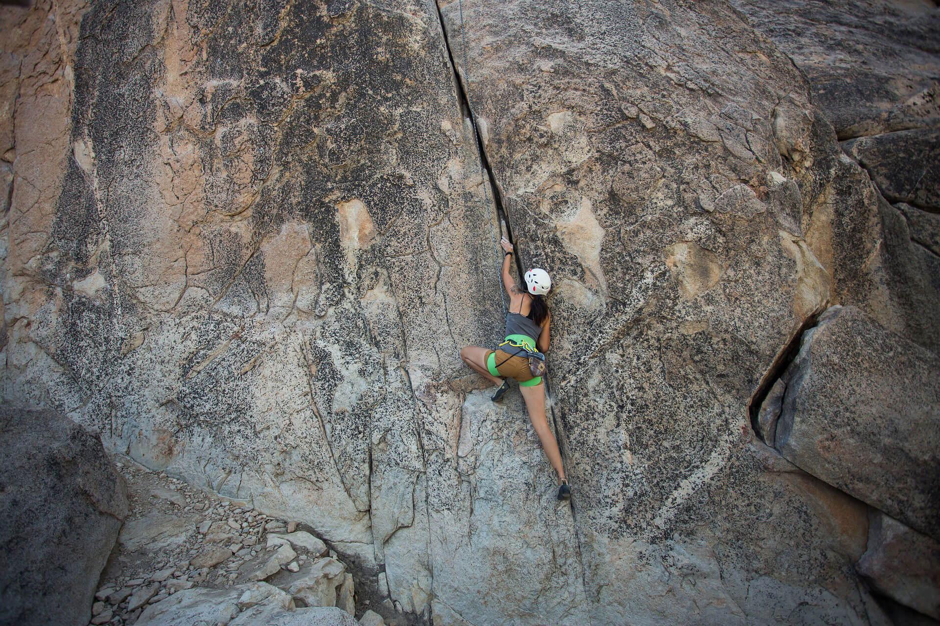 Frau beim Bergsteigen